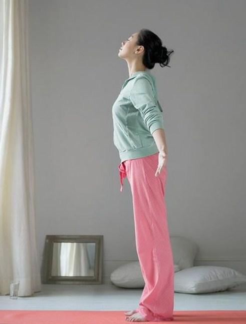 Estirar la espalda ayuda a eliminar la tripa