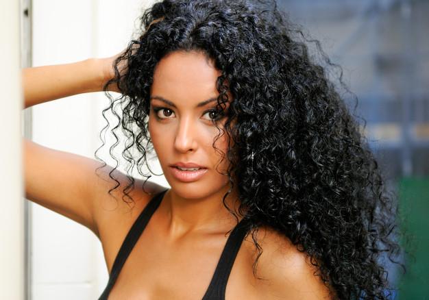 joven-mujer-negra-modelo-moda_3179-13